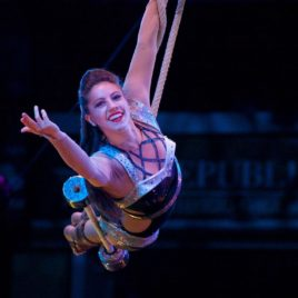Swinging trapeze